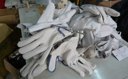 Eko-snobka: rękawiczki z psiej skóry. PETA żąda bojkotu