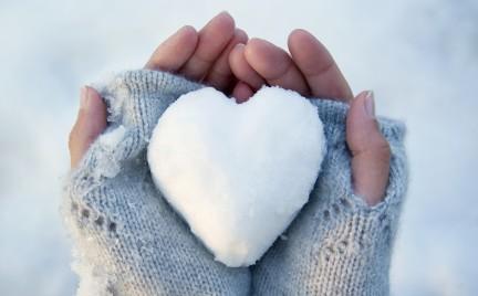 Jak zimą dbać o dłonie i paznokcie