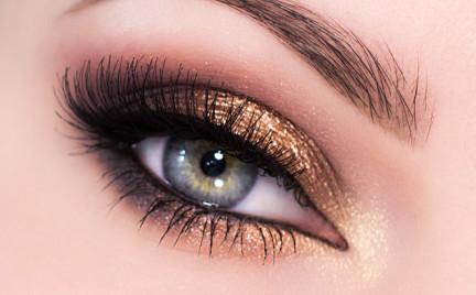 Makijaż ślubny dla niebieskich i zielonych oczu