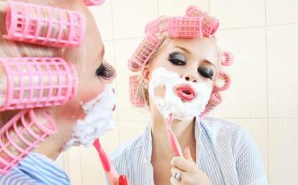 Czy kobieta goli twarz