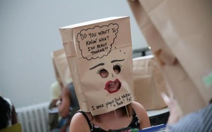 Nowy trend: szybkie randki w papierowych torbach