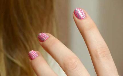 Krok po kroku: Prosty manicure z kolorowymi kropkami