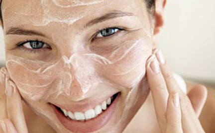 Na każdą kieszeń: testujemy klasyczne peelingi do twarzy
