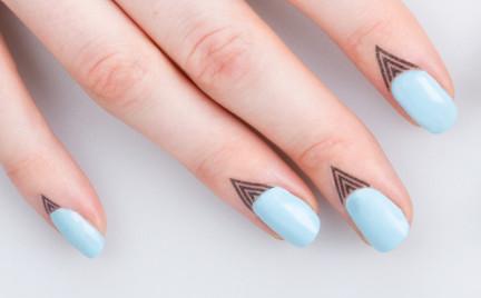 Hit czy kit: tatuaże przyklejane do palców