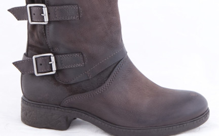 Zapożyczone z męskiej szafy: motocyklowe buty Bata