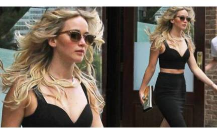 Jennifer Lawrence udowadnia że krótki top może być elegancki