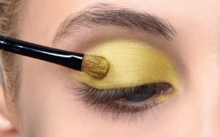 Co w sklepach piszczy: żółte cienie i kredki do oczu