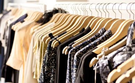 Ile wydajesz na ubrania Powinnaś tylko 5 pensji