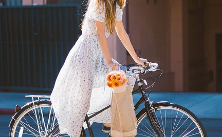 Retro sukienka szorty czy legginsy: jak się ubrać na rower