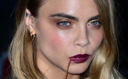 Cara Delevingne lansuje nowy trend: wykałaczki do zębów