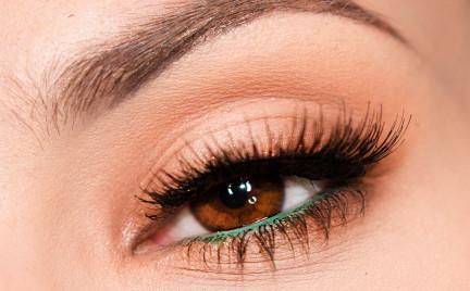 Makijaż: Klasyczny brąz z zielonym akcentem