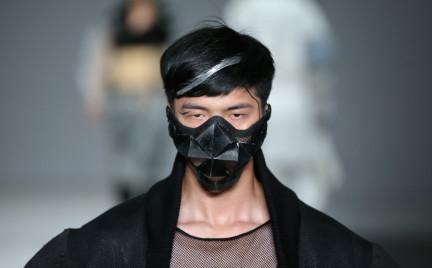 Maska gazowa najmodniejszym dodatkiem na chińskim tygodniu mody