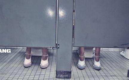 Anna Ewers i Zuzu Tadeushuk w publicznej toalecie