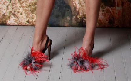 Hit czy kit: pierzaste sandały