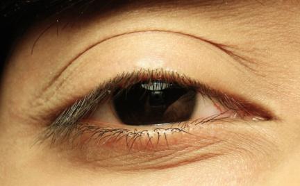 Na każdą kieszeń: rozświetlające korektory pod oczy