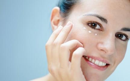 Kosmetyczny przewodnik: kremy pod oczy dla dwudziestolatek