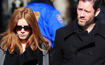 Amy Adams z torebką Valentino na pogrzebie Hoffmana czyli promocja w wydaniu słynnego domu mody