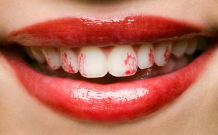 Wideomakijaże: szminka na zębach