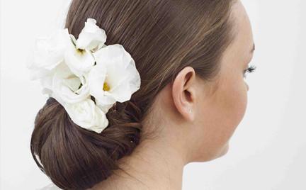 Fryzury dla panny młodej i nie tylko: gładki kok