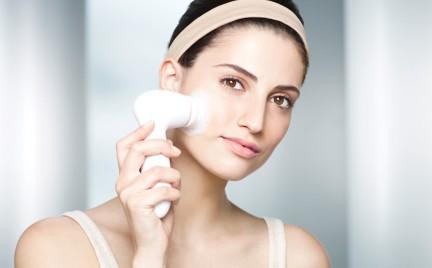 Kosmetyczne gadżety: szczoteczka do mycia twarzy