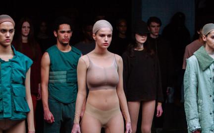 Dziurawe swetry prześwitująca bielizna. Kanye West na New York Fashion Week
