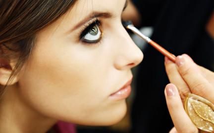 Wiosenno-letnie trendy w makijażu i stylizacji włosów