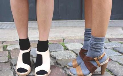 Skarpetki do sandałów. Dawna modowa wpadka znowu na topie
