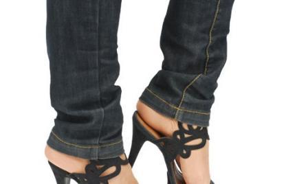 Koronki na opalonych stopach