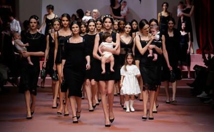 Dolce Gabbana w trosce o przyrost naturalny. Rodzinny pokaz na Milan Fashion Week