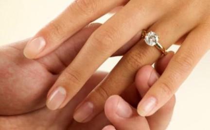 Pierścionek zaręczynowy po połowie. Tak oszczędzają przyszłe małżeństwa